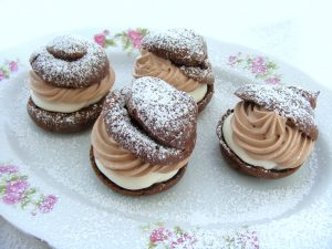 פחזניות שוקולד במילוי גבינה וקצפת שוקולד