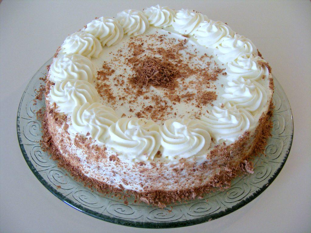 עוגת שוקולד בציפוי קרם גבינה ופירורי שוקולד