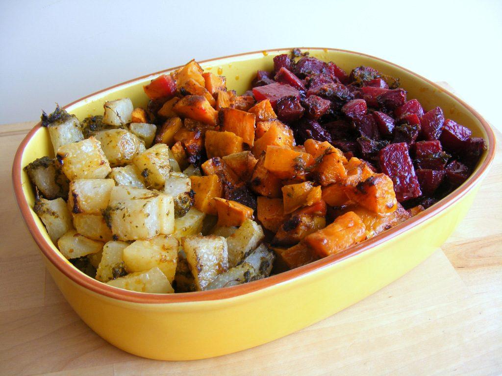 סלט קינואה עם ירקות שורש ומאש ברוטב טחינה ואגוזי מלך