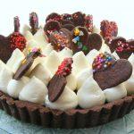 פאי שוקולד קצפת ועוגיות לב מקושטת פאי שעושה שמח בלב