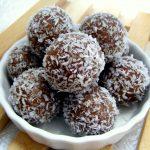 כדורי תמרים טבעוניים עם אגוזים וטחינה