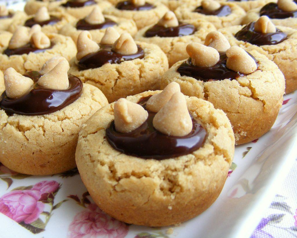 עוגיות חמאת בוטנים במילוי שוקולד עשיר