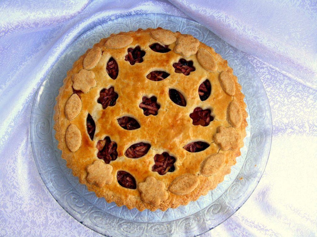 פאי תפוחים ופירות יבשים עם קישוטים מיוחדים בבצק הפריך