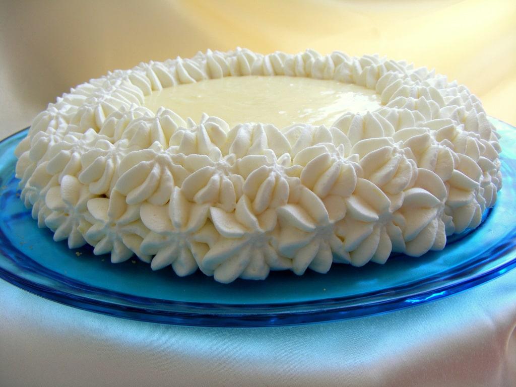 עוגת גבינה עם קרם לימון וקצפת עוגה יפה וטעימה