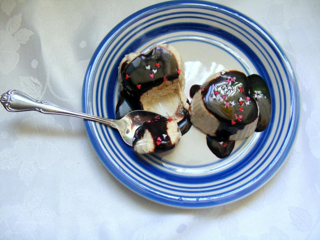 סירופ שוקולד תוצרת בית מעולה עם פנקייק או גלידה