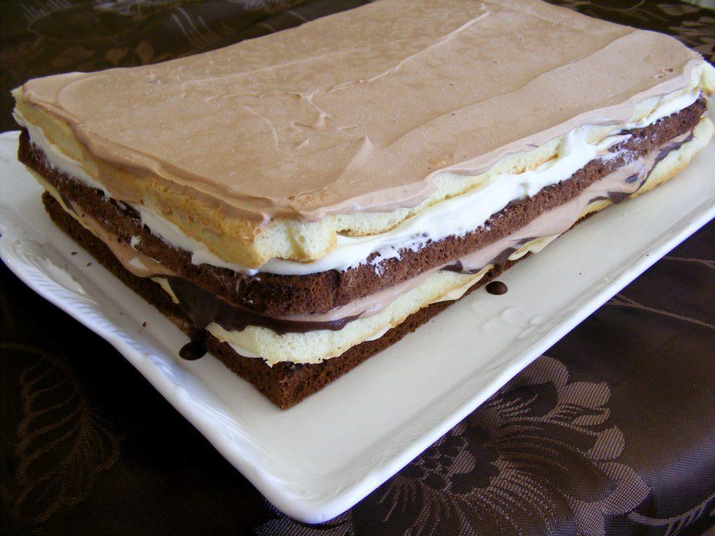 עוגת שכבות שלושה שוקולדים חגיגית וטעימה