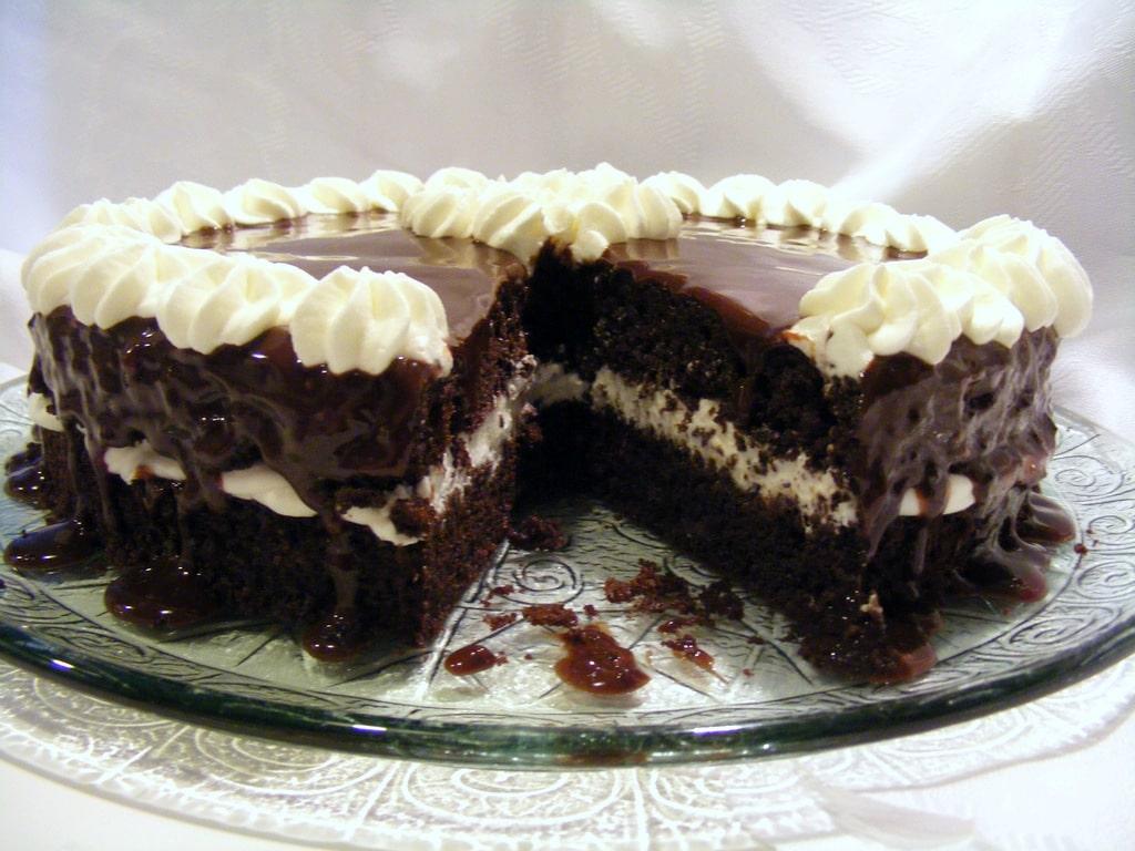 עוגת שוקולד עם יוגורט וקצפת חגיגית וטעימה מאוד