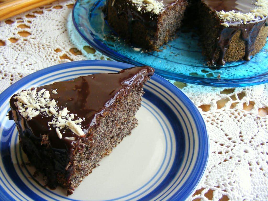 עוגת פרג עשירה עם ציפוי שוקולד עוגה מושלמת לאוהבי הפרג