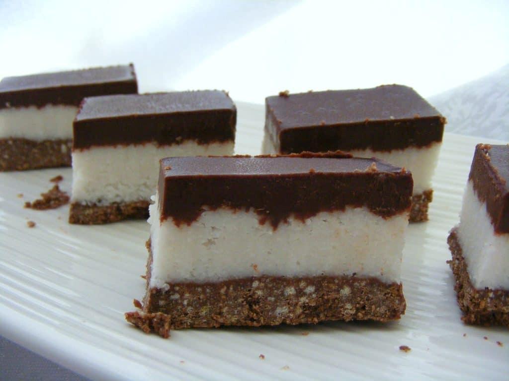 ריבועי באונטי תוצרת בית שילוב מושלם בין קוקוס לשוקולד