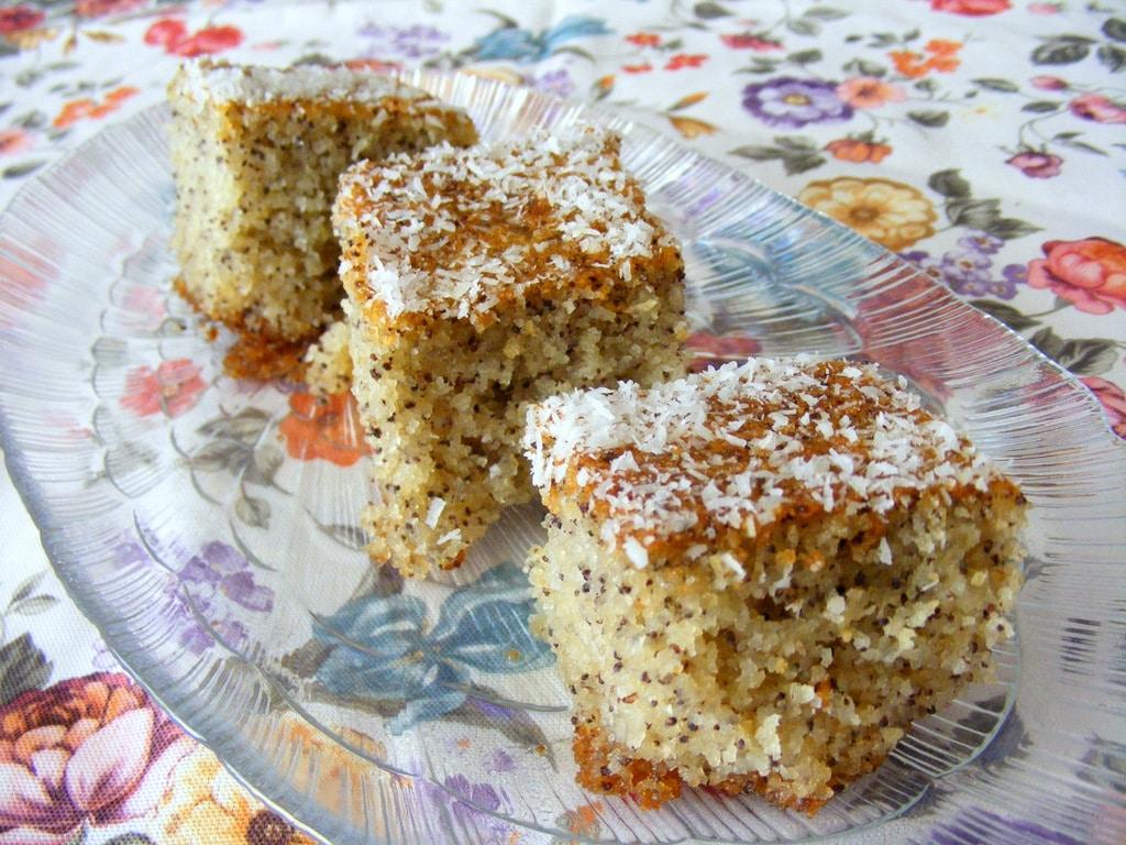 עוגת סולת בחושה עם קוקוס ופרג וסירופ לימוני