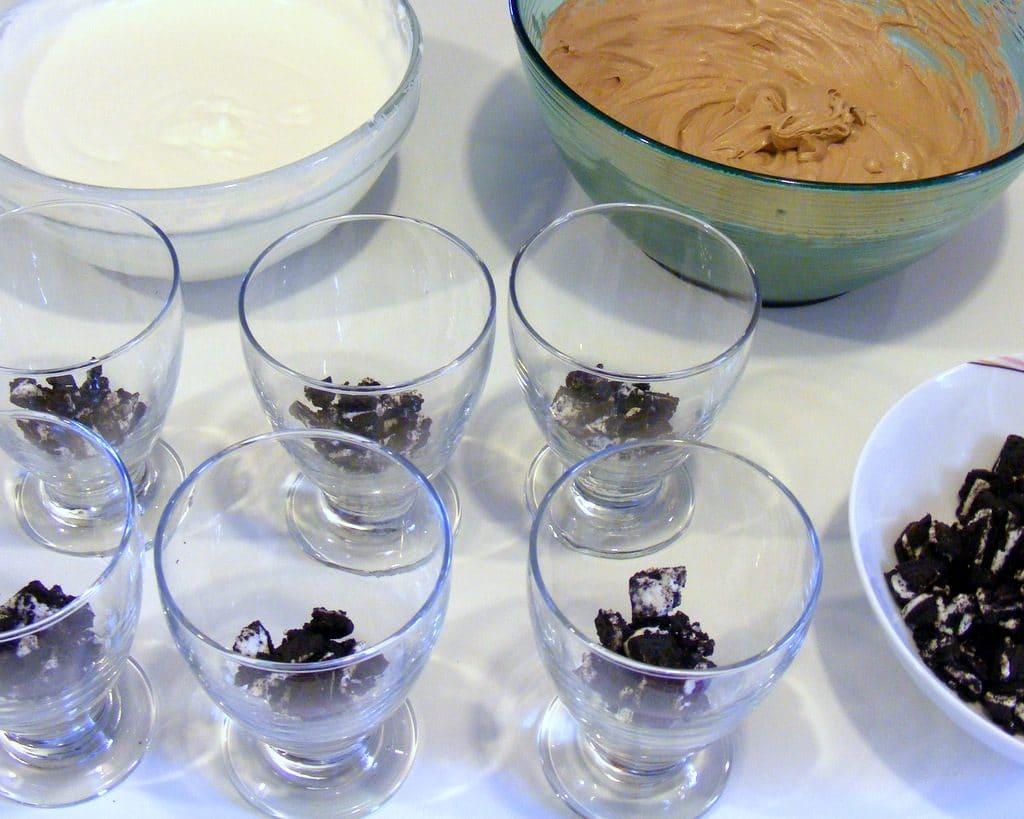 עוגת גבינה אוראו בכוסות ללא אפייה בשני שוקולדים