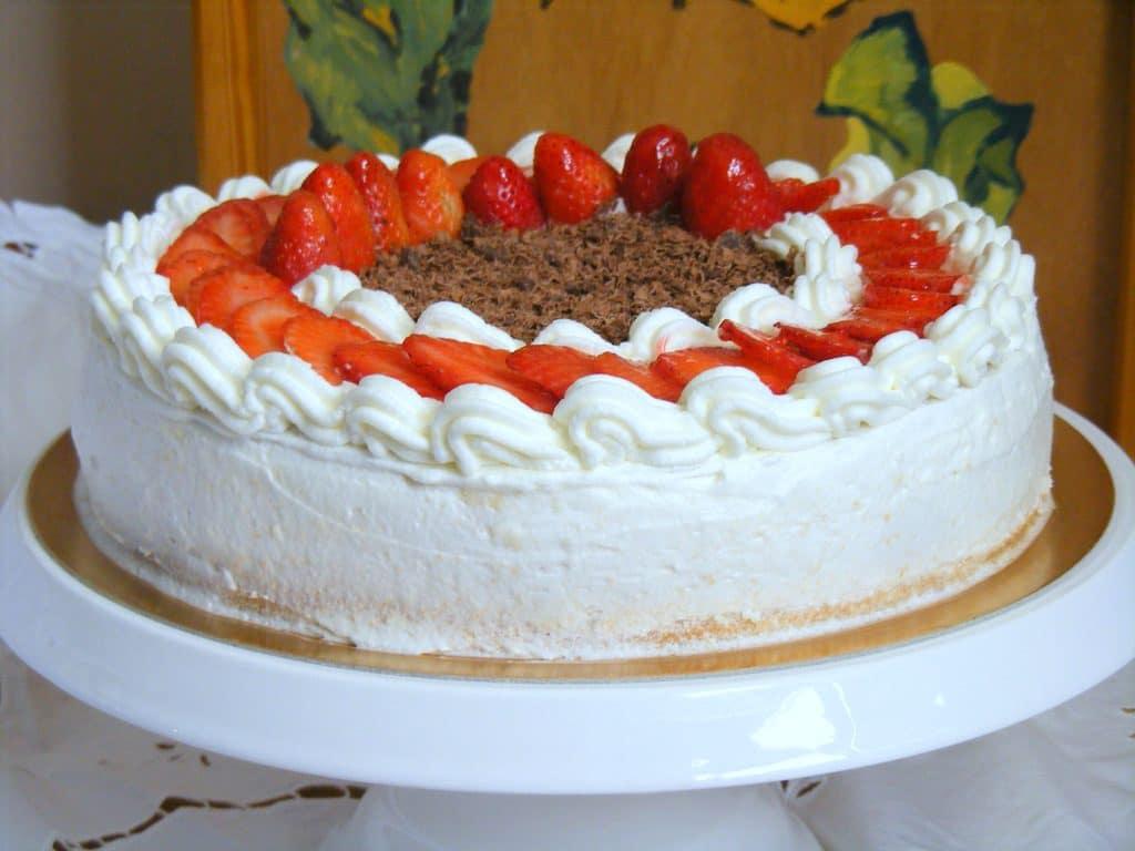 עוגת גבינה אפויה עם קצפת וניל ותותים מושלמת!