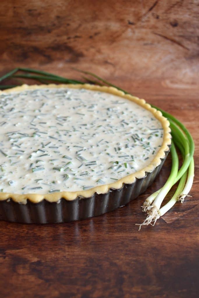 קיש גבינות ובצל ירוק מבצק פריך במילוי גבינת מסקרפונה. יוצא קיש גבינות עדין ומאוד טעים. אין צורך לאפות מראש את הבצק אני אופה הכל יחד
