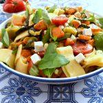 סלט פסטה בסגנון איטלקי עם ירקות וגבינות