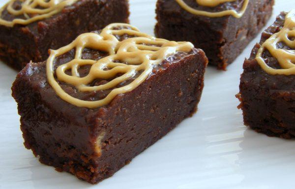 ריבועי שוקולד וחמאת בוטנים טבעוני וללא אפייה