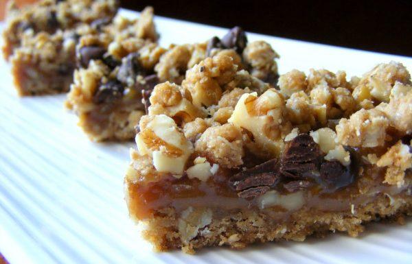 ריבועי שיבולת שועל במילוי קרמל,אגוזים ושוקולד צ'יפס