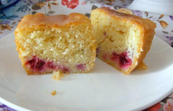 עוגת יוגורט ולימון רכה וטעימה עם פירות יער