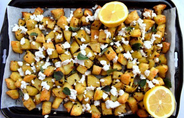 תפוחי אדמה בתנור בסגנון יווני עם לימון גבינת פטה ועשבי תיבול