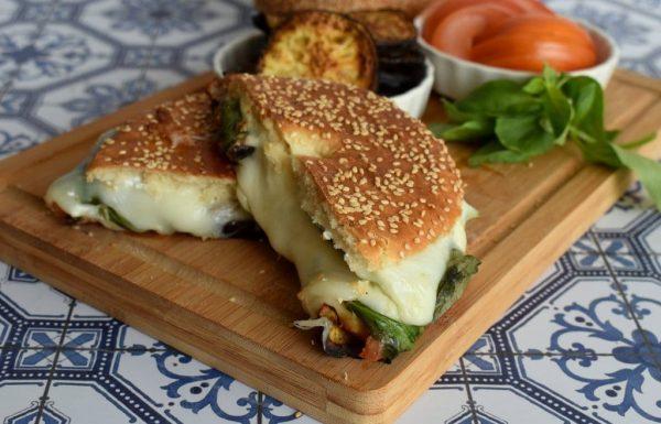 בייגל טוסט עם גבינה מוצרלה וחצילים