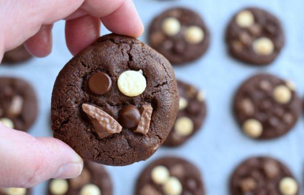 עוגיות שוקולד עשירות עם שלושה שוקולדים